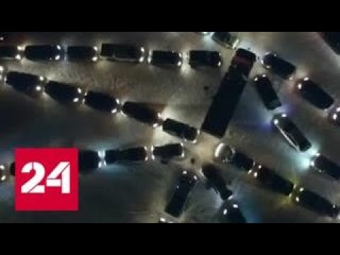 В Екатеринбурге собрали новогоднюю елку из машин - Россия 24
