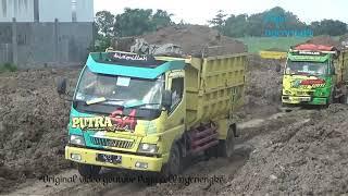 Luar biasa dump truck muat tanah setelah hujan Proyek Timbun tanah II