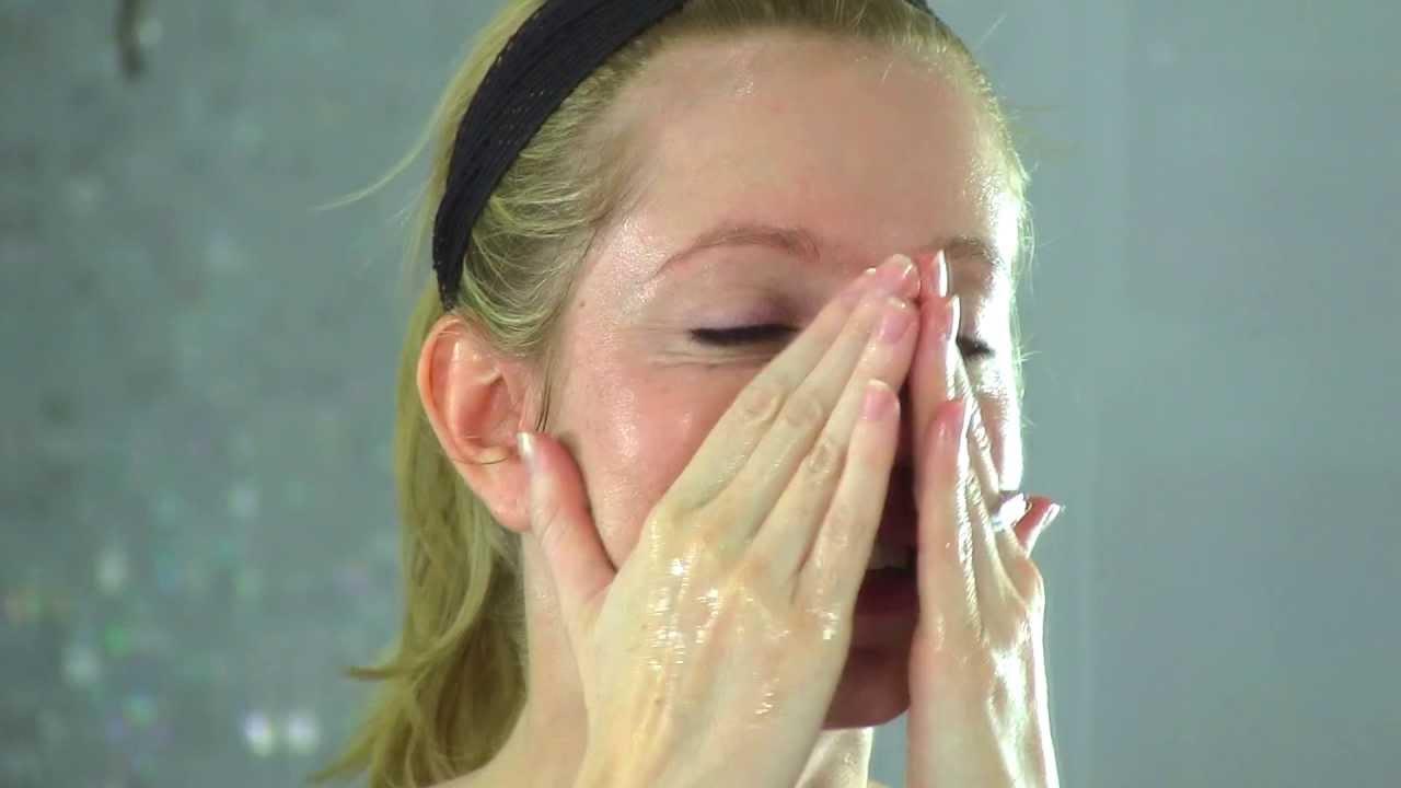 Tẩy trang là một bước làm sạch rất quan trọng với da