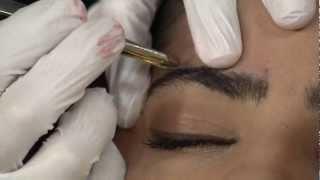 Dr. Sobrancelha mostra como fazer as sobrancelhas e fala sobre a micropigmentação!