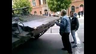 Мариуполь! Жители города против танка Киевской хунты! 9 мая 2014