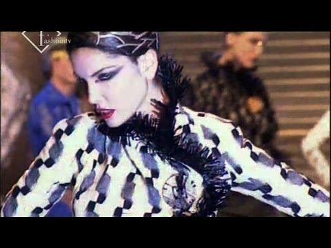 John Galliano Fall/Winter 1999/2000 RTW Show Ft Carmen Kass | FashionTV