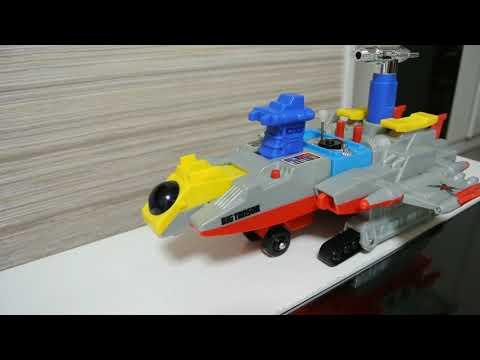 科學探險隊巨型飛行母艦,內藏三架可以變形的海、陸、空機体,雖然這一台沒有任何合金成份,可是把玩方法非常之多,除了童年時玩具必有的彈...
