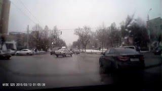 Иномарка в Туле протаранила припаркованные автомашины