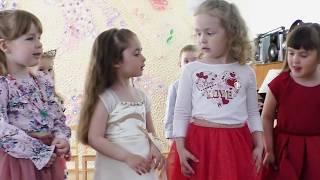 Little Marina празднует день матери в латышском детском саду рассказывает стих на латышском