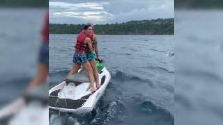 Sergio Ramos y Pilar Rubio recorren el mar entre delfines