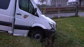 Vrouw gewond na aanriding personenauto en taxibusje in Nieuweusen