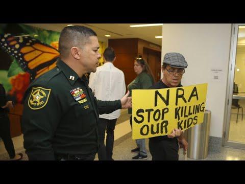 Fassungslosigkeit in Florida: Trauernde fordern schärfere Waffengesetze