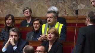 Le député Jean Lassalle met un gilet jaune en plein hémicycle