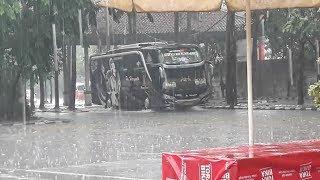 Terminal poris plawat di kala Hujan   tetep trabas meski hujan deras
