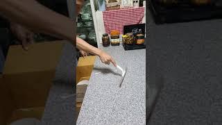 식탁위에 깨진접시 청소