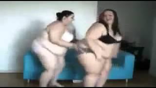 Толстухи в купальниках танцуют