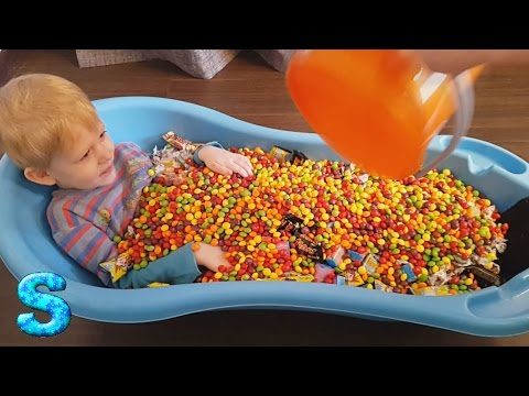 Конфеты. Ванна из конфет, много конфет a lot of candy, sweets Bath time with sweets