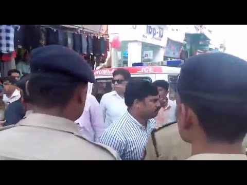 Sanjay Nirupam के काफिले पर मनसे कार्यकर्ताओं का हमला देखें लाइव वीडियो