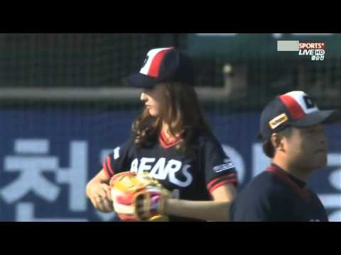 110605 4minute JiHyun throwing opening pitch @ Doosan Bears vs Samsung Lions