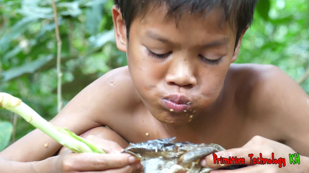 Primitive Technology - Eating delicious - Wow! Smart boy cooking Big fish in fo rest