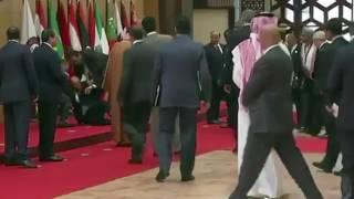 """ردة فعل حارس الملك """"الفغم"""" بعد سقوط الرئيس اللبناني اثناء التقاطه صورة بجانب الملك"""