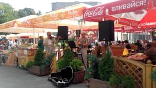 Музыканты в кафе на улице Светлогорска