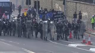 9月15日警方再次发射催泪弹驱散示威民众