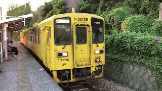 久大本線古国府駅を発車する大分行きのキハ125系普通列車です