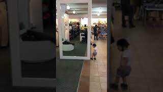 「これどうなってるの?」大きな鏡に初めて出会った赤ちゃん。混乱しまくるリアクションが可愛い