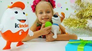 Киндер выбирают новогодние подарки для друзей. Видео для детей