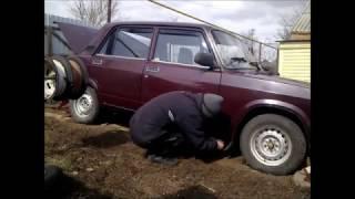 Завожу 2107 после простоя, меняю колеса на летние, качаю шины
