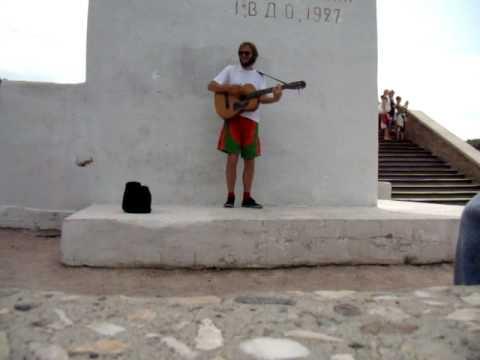 Святогорск. музыкант у памятника Артему