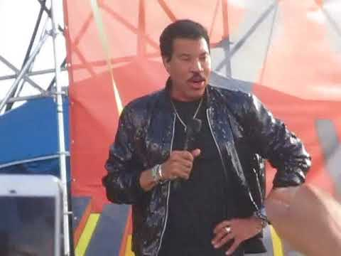 Lionel Ritchie jokes with the audience at  the 2018 jazz fest