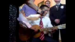 Во время свадьбы жених спел песню для невесты