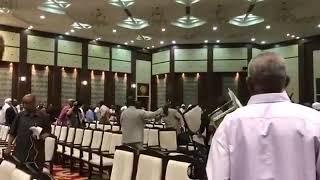 فيديو.. مضاربة حامية بالكراسي بين أعضاء أحزاب سودانية بعد اجتماعهم مع المجلس العسكري