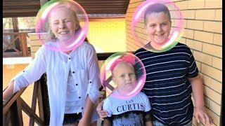 Алиса и ее друзья Катя и Саша играют в веселую игру для детей