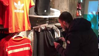 в магазине женской одежды