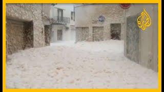 Gambar cover 🇪🇸 شاهد | أمواج شديدة الارتفاع وزبد البحر يملأ الشوارع.. عاصفة تشل الحركة في بعض مناطق إسبانيا
