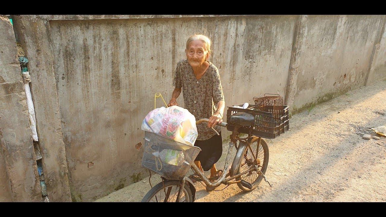 Rớt nước mắt cảnh bà cụ 90 tuổi đẩy chiếc xe đạp tàn tạ đi lượm ve chai