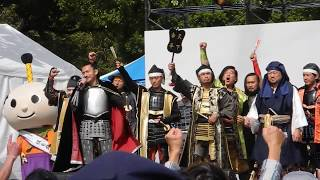 2018/10/20 久屋広場 今年の名古屋まつりは晴れて無事開催できました。 出陣する武将隊の皆様のあいさつが終わったら… 予想通り市長が出てきて 予想通り信長様を ...