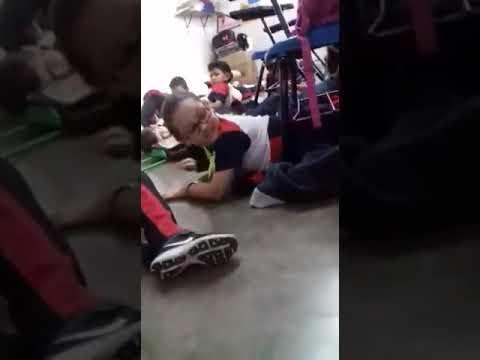 Así distrae maestra a niños durante balacera en Sonora