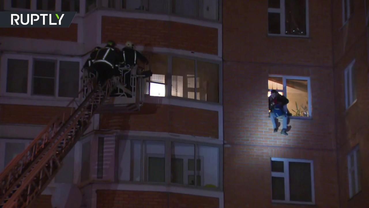 Прыжок с высоты пятого этажа совершил москвич, удерживавший жену и трёх детей в квартире