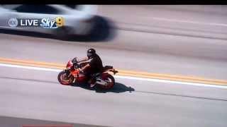Persecución a hombre en moto que se dedica a romper retrovisores de los coches