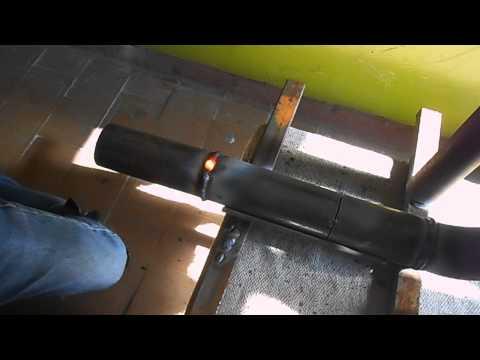 Как сварщики быстро и качественно сваривают стальные трубы во всех положениях