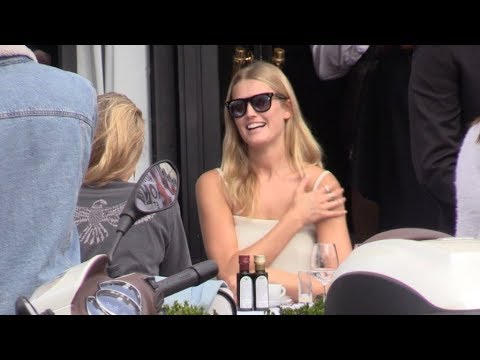 EXCLUSIVE : Toni Garrn eating at the terrasse of the Avenue restaurant in Paris