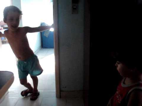 tuco fazendo coco no chão