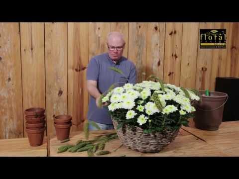 Arranjo de flores de crisântemos em cesta rústica para decoração campestre