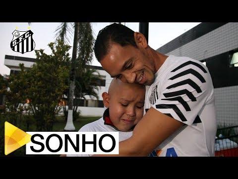 Miguel realiza o sonho de conhecer elenco do Santos FC