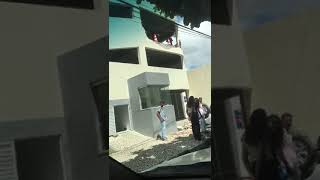 Carro despenca de garagem de hotel em Feira de Santana