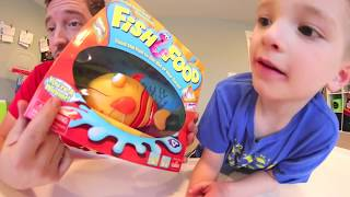Baixar Father & Son PLAY FISH FOOD! / Feed Him Worms!!!??
