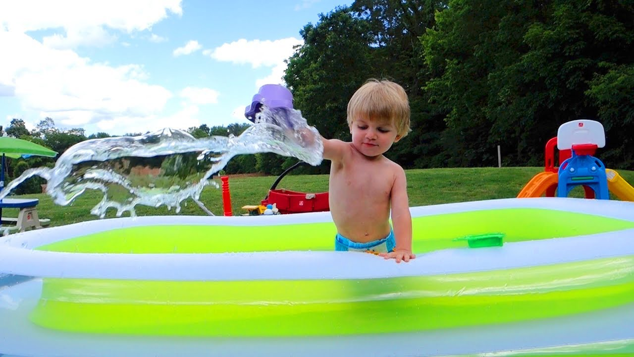 Intex swim center family inflatable pool review doovi for Intex swim center family pool cover