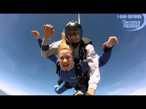 Rita volk salta de paraquedas pela primeira vez Legendado