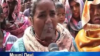 Slum dwellers protest outside Delhi Chief Minister