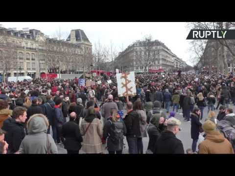 Des centaines de personnes rassemblées place de la République à Paris contre la corruption des élus